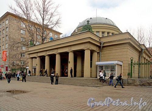 Станция метро «Автово». Общий вид наземного павильона. Фото апрель 2011 г.