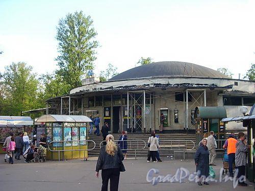 Наземный павильон станции метро «Горьковская». Фото июль 2004 г.