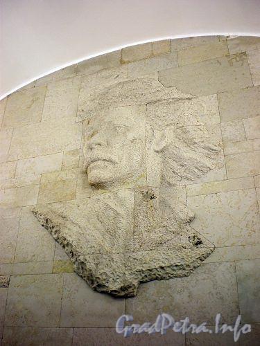 Станция метро «Горьковская». Барельеф А. М. Горького на торцевой стене подземного вестибюля. Фото январь 2010 г.