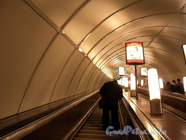 Наклонный ход станции метро «Площадь Александра Невского – I». Фото апрель 2011 г.