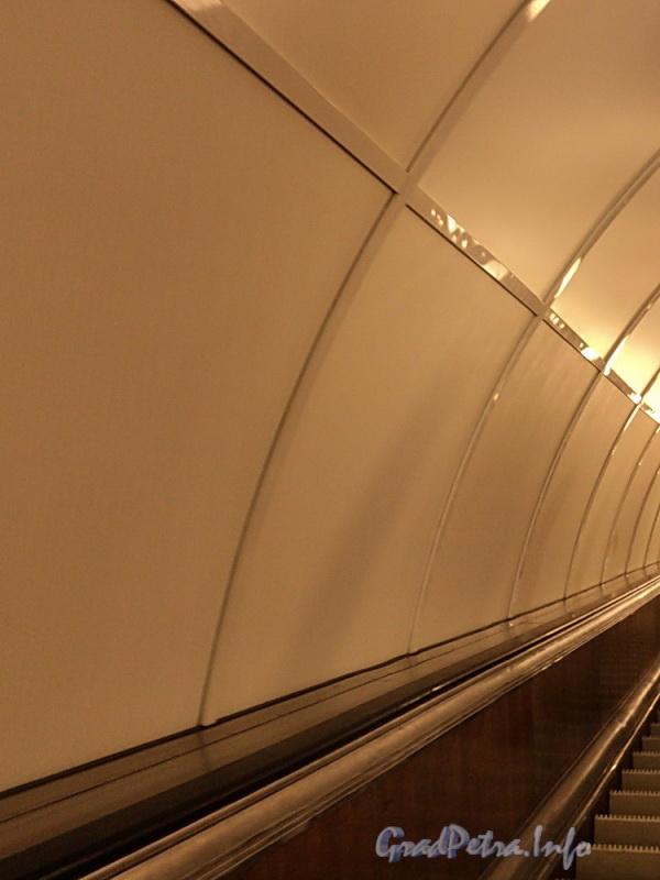 Отделка тоннеля наклонного хода станции метро «Площадь Александра Невского – I» после капитального ремонта. Фото апрель 2011 г.