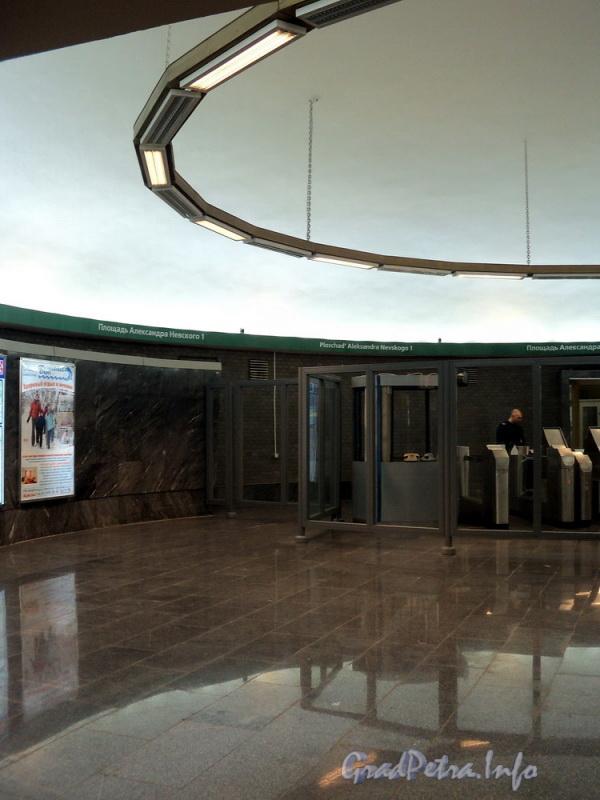 Станция метро «Площадь Александра Невского – I». Наземный круглый эскалаторный зал. Фото апрель 2011 г.