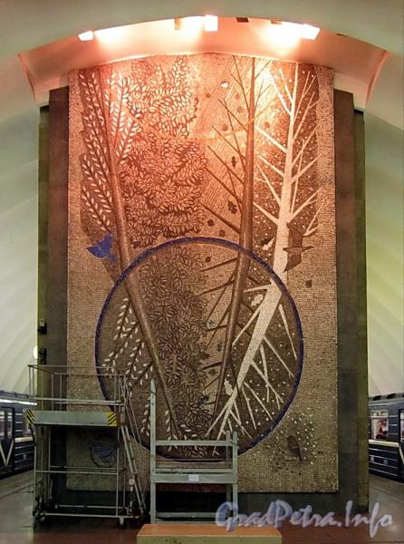 Станция метро «Озерки». Мозаичная картина на торцевой стене подземного зала. Фото декабрь 2011 г.