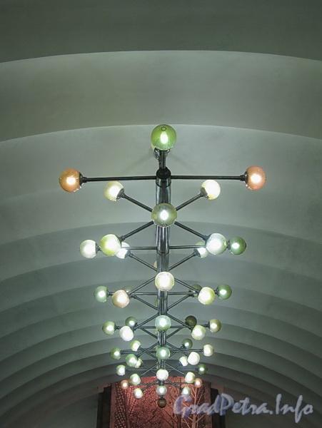 Станция метро «Озерки». Светильник подземного зала. Фото декабрь 2011 г.