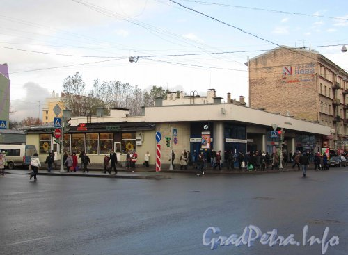 Станция метро «Елизаровская». Общий вид наземного павильона. Фото октябрь 2012 г.