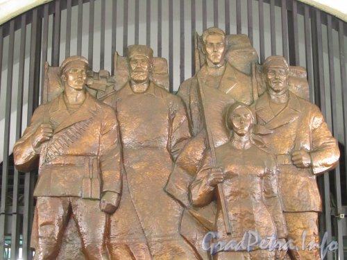 Станция метро «Елизаровская». Панно в торце подземного зала. Фото октябрь 2012 г.