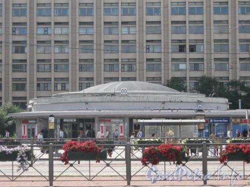 Станция метро «Электросила». Наземный вестибюль (Московский пр., дом 141). Фото 30 июня 2012 г.