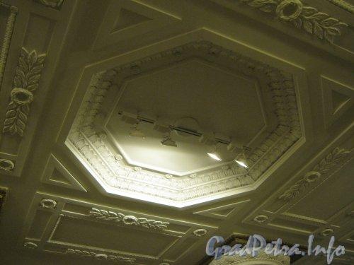 Станция метро «Автово». Фрагмент системы освещения потолка в подземном вестибюле. Фото 20 ноября 2012 г.