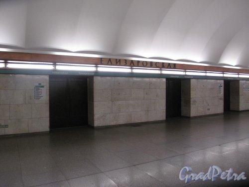 """Станция метро """"Елизаровская"""". Вид на входы в вагоны. Фото 10.01.2014 г."""