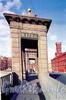 Башни Старо-Калинкина моста. Фото 2004 г. (из книги «Старая Коломна»)