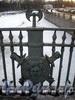 1-й Инженерный мост. Столбы решетки выполнены в виде ликторских пучков; на них укреплены мечи и щиты с изображением головы Горгоны Медузы. Фото март 2010 г.