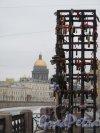 Поцелуев мост. Вид с моста на стойку для замков новобрачных и Исаакиевский Собор. Фото апрель 2013 г.