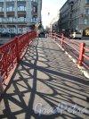 Красный мост через реку Мойку. Вид на пешеходную часть. Фото август 2013 г.