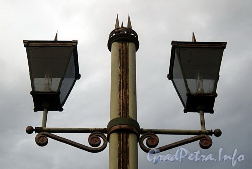 Плафоны фонаря Лештукова моста. Фото июль 2010 г.