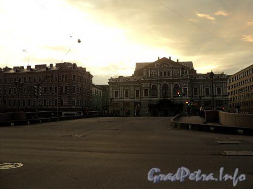 Лештуков мост. Вид на БДТ им. Товстаногова. Фото июль 2010 г.