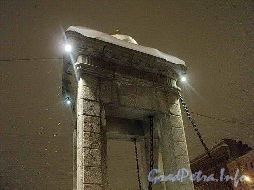 Башня разводного механизма моста Ломоносова в ночном освещении. Фото декабрь 2010 г.