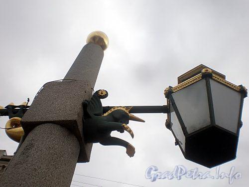 Гранитный фонарь-обелиск моста Ломоносова. Фото март 2010 г.