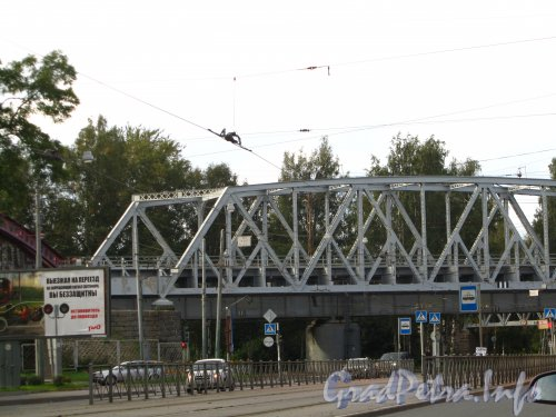 Железнодорожный мост через Лесной проспект и 1-й Муринский проспект. Фото сентябрь 2012 года.