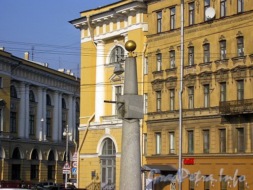 Гранитный фонарь-обелиск моста Ломоносова