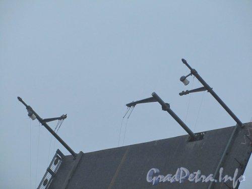 Дворцовый мост. При ремонте была снята контактная сеть троллейбусов. Фото 25 ноября 2012 г.
