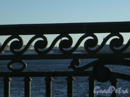 Троицкий мост. Фрагмент ограды моста. Фото 28 апреля 2013 г.