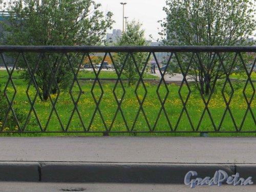 Белградский мост через реку Волковка. Фрагмент ограды пешеходной части. Фото 17 мая 2013 г.