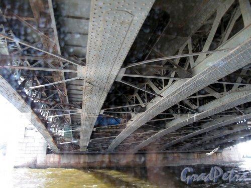 Дворцовый мост. Вид снизу на несущие конструкции до реконструкции. Фото июль 2012 г.