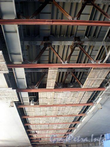Вид на конструкции Володарского моста снизу. Фото апрель 2009 г.