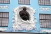 Петроградская наб., д. 2-4. Городской училищный дом им. Петра Великого. Нахимовское военно-морское училище. Бюст Петра I. Фото август 2009 г.