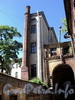 Наб. реки Мойки, д. 82. Вид со двора, параллельного Прачечному переулку (справа дворовый корпус б. «Воронинских бань»). Фото июнь 2010 г.