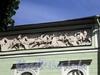 Дворцовая наб., д. 6 (левая часть). Служебный корпус Мраморного дворца. Фрагмент барельефа «Служение лошади человеку». Фото июнь 2010 г.