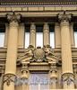 Наб. Кутузова, д. 18. Доходный дом Д.Д. Орлова-Давыдова. Путти на сандрике центрального оконного проема третьего этажа. Фото сентябрь 2010 г.