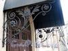 Петровская наб., д. 2 (дворовый корпус). Кронштейны козырька парадного входа. Фото октябрь 2010 г.