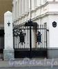 Петровская наб., д. 2. Ворота. Фото октябрь 2010 г.