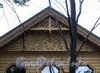 Наб. Малой Невки, д. 33, лит. А. Резьба на фронтоне. Фото сентябрь 2010 г.