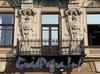 Наб. канала Грибоедова, д. 24. Кариатиды и балкон. Фото август 2010 г.