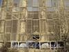 Свердловская наб., д. 22. Бывшая дача Д. Н. Дурново. Через ограждение можно увидеть колонны. Фото апрель 2011 г.