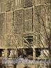 Свердловская наб., д. 22. Бывшая дача Д. Н. Дурново. Фрагменты колонн, видимые через «художественное» ограждение. Фото апрель 2011 г.