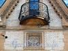 Наб. реки Мойки, д. 114 / ул. Писарева, д. 2. Особняк В. А. Шретера. На фасаде со стороны набережной изображены треугольник и циркуль. Фото апрель 2011 г.