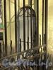Наб. Малой Невки, д. 1. Комплекс Каменноостровского дворца. Главные ворота. Дверь в служебное помещение. Фото апрель 2011 г.