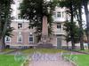 Обелиск в память о погибших при покушении на П. А. Столыпина у дома 6 по Аптекарской набережной. Фото сентябрь 2011 г.