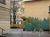 Наб. Робеспьера, д. 24 / Шпалерная ул., д. 32. Вид во двор с набережной Робеспьера. Фото ноябрь 2011 г.