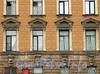 Наб. Робеспьера, д. 28. Фрагмент фасада. Фото ноябрь 2011 г.