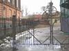 Наб. Обводного канала, дом 116, лит. А. Общий вид с наб. Обводного канала на ворота церкви. Фото март 2012 г.