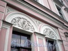 Наб. реки Мойки, д. 104. (правая часть). Бывший доходный дом. Художественное оформление фасада здания. Фото март 2009 г.