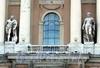 Университетская наб., д. 17. Здании Академии художеств. Портик центрального входа со скульптурами Геркулеса и Флоры. Фото июль 2009 г.