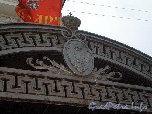 Наб. реки Фонтанки, д. 3. Цирк Чинизелли. Элементы декора навеса со стороны главного подъезда. Фото декабрь 2009 г.