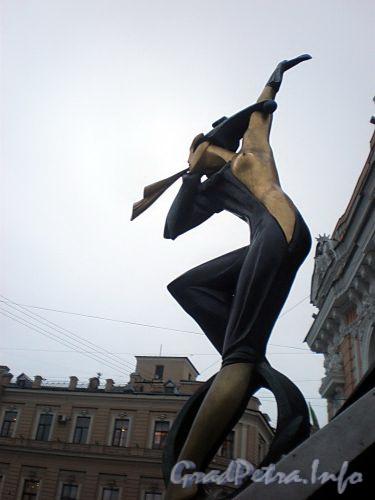Наб. реки Фонтанки, д. 3. Цирк Чинизелли. Скульптура «Цирк приехал» у главного подъезда. Фото декабрь 2009 г.
