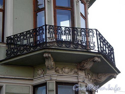 Наб. реки Фонтанки, д. 5 / пл. Белинского, д. 2. Доходный дом П. Л. Фокина. Решетка балкона эркера. Фото август 2009 г.