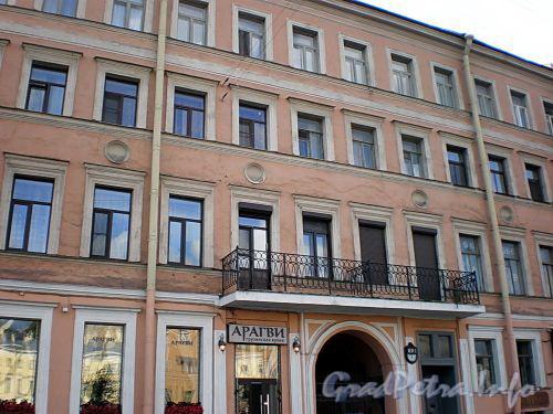 Наб. реки Фонтанки, д. 9. Бывший доходный дом. Фрагмент фасада здания. Фото август 2009 г.